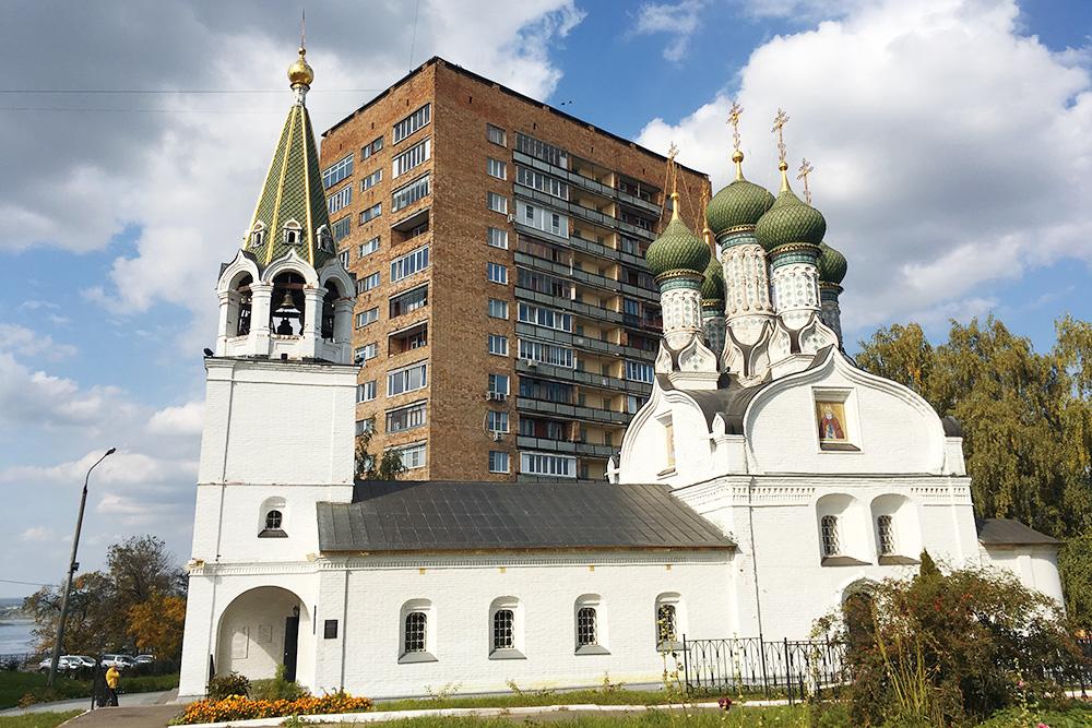 Типичные нижегородские архитектурные контрасты: русская церковь 17 века и советская застройка