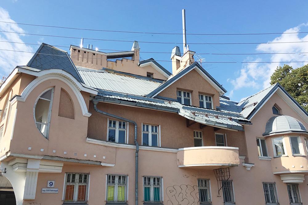 Кроме памятников старины в Ильинской слободе можно наткнуться на странные индивидуальные проекты с овальными окнами, непонятными балконами и нетипичной геометрией