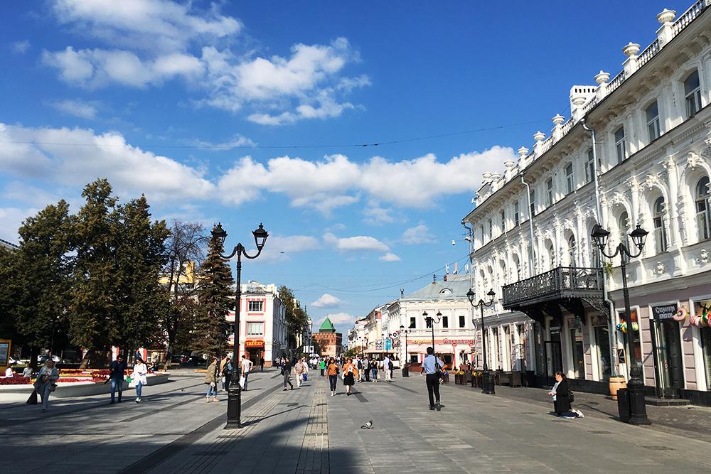 Большая Покровская улица идет немного под уклон. Почти все время прогулки от Горьковской видно одну из башен кремля