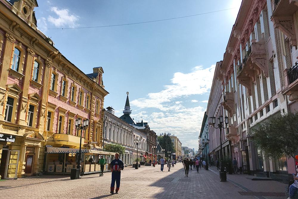 На мой взгляд, Большая Покровская длиннее и красивее Большой Никольской в Москве. Там много уличных художников, продавцов сувениров, городских скульптур: от веселой козы и котиков до почтальона и городового