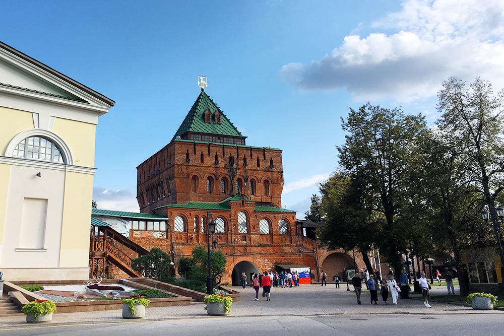 Дмитриевская башня — самая мощная и узнаваемая. Внутри находится музей оружия
