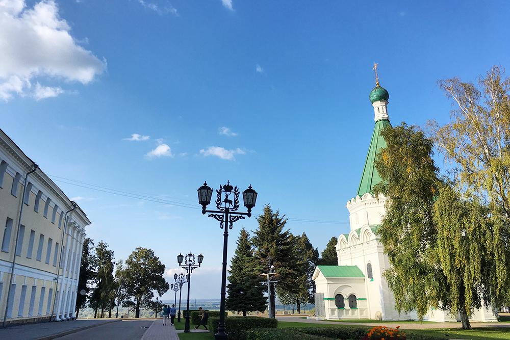 Собор Михаила Архангела — самое древнее здание на территории кремля. Рядом стоит памятник Минину и Пожарскому: именно в этом месте они собирали народное ополчение