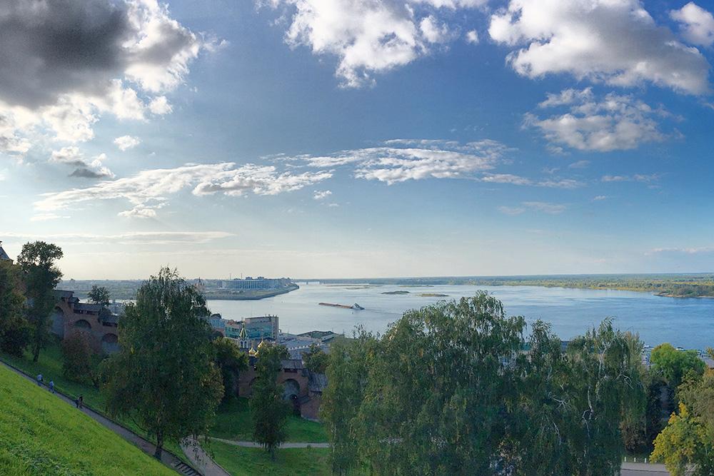 Сложно сказать, какой вид на Волгу лучший в Нижнем Новгороде. Этот кадр я сделала из кремля