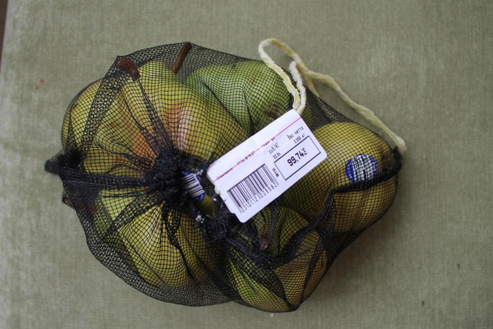 Я использую сетчатые мешки, поэтому у продавцов не возникает вопросов, что внутри и какие именно фрукты я взвесила