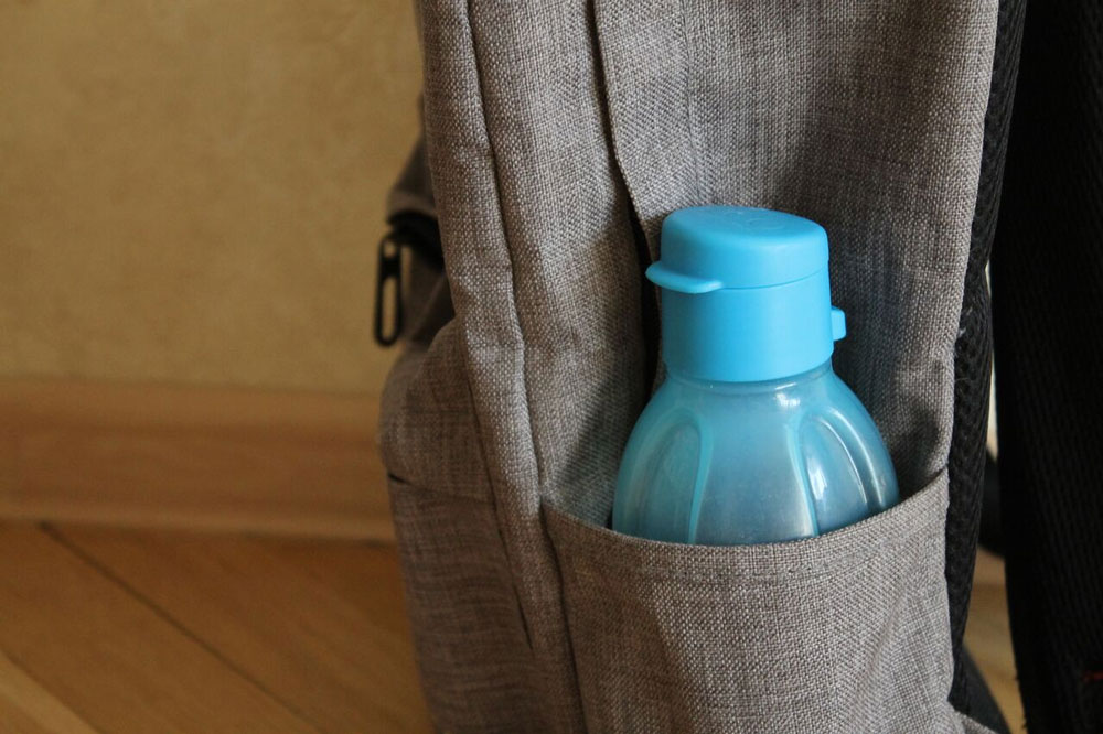 Фляга или бутылка для воды стоит от 200 рублей. Обычную бутылку из-под воды также можно использовать много раз, главное — следить за чистотой