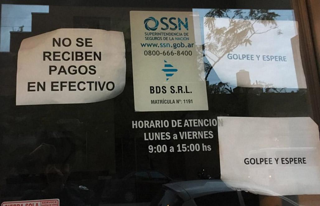 Объявление «Наличные не принимаем». Иногда продавцу даже выгоднее принять карту. На листочках справа написано «Постучите и ждите»