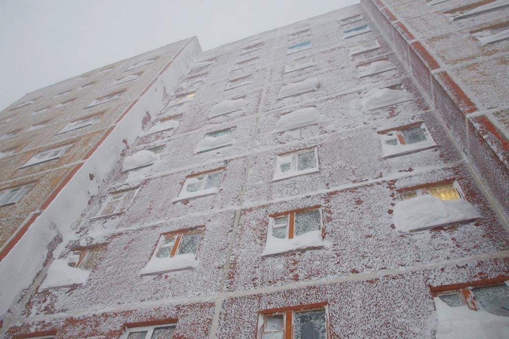 После сильных морозов иметелей дома будто замерзают снаружи