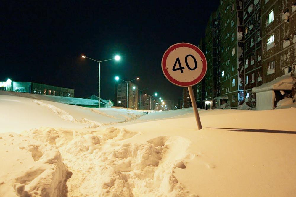 Улица после сильной метели: слой снега — около полутора метров