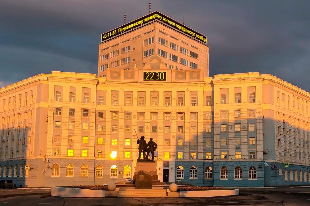 Здание управления «Норникеля» наГвардейской площади. Недавно там установили памятник металлургам