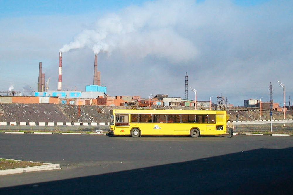Автобус «Норильск — Кайеркан» настоянке перед рейсом