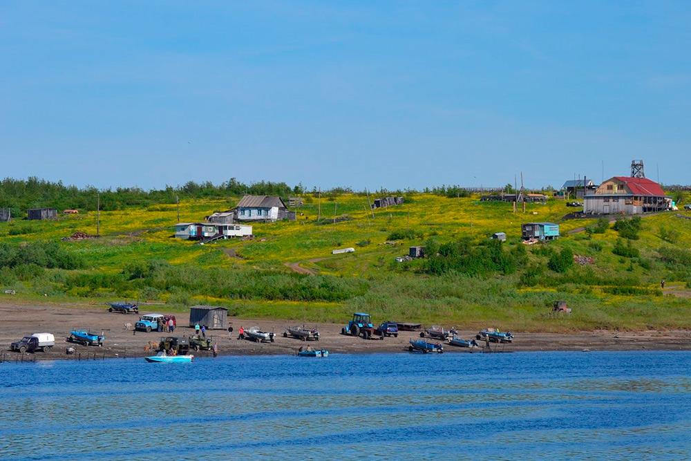 На берегу много лодок: жители занимаются рыбным промыслом