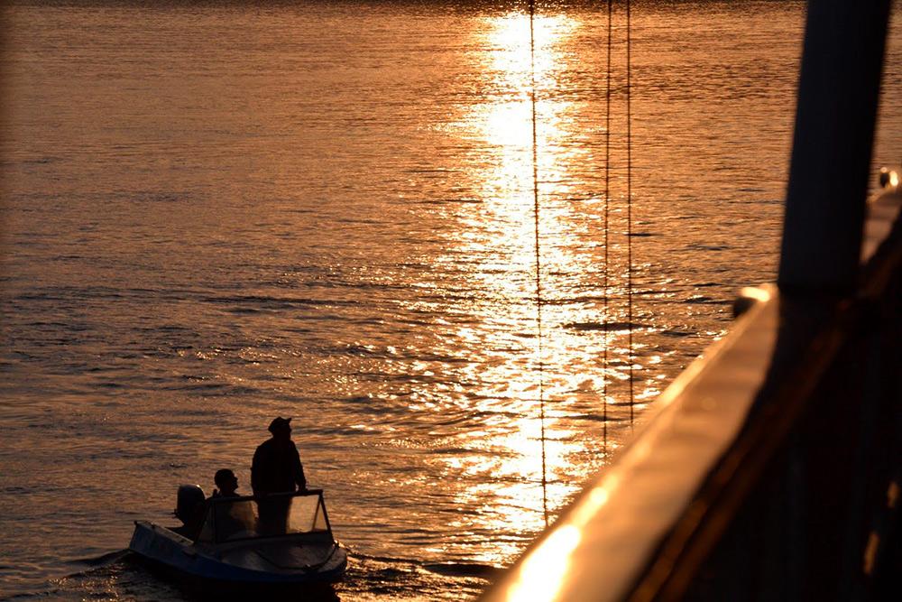 Иногда рыбаки подплывают ктеплоходу, чтобы пообщаться спассажирами