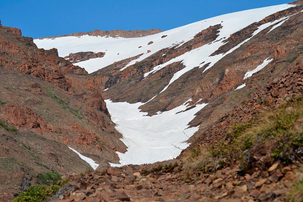 Даже летом наКрасных Камнях лежит снег