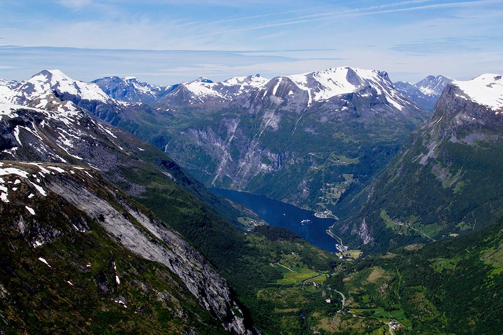 Вид со смотровой площадки на Гейрангер-фьорд. Фьорд включен в список всемирного наследия ЮНЕСКО