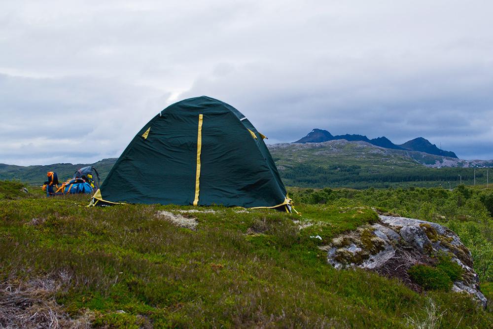 Наш дом на две недели. Палатка должна быть непромокаемая — дождь может начаться неожиданно и надолго. После Норвегии мне кажется, что никакой дождь нам теперь не страшен