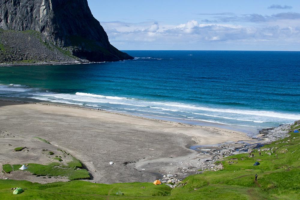 Пляж Квалвика на Лофотенских островах. Люди ставят палатки прямо на побережье