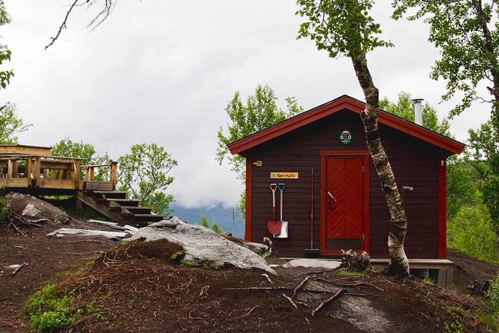 Современный дом в горах с беседкой и туалетом на улице, который открыт длявсех. Мы наткнулись на него случайно во время пешей прогулки и решили остановиться там на ночь