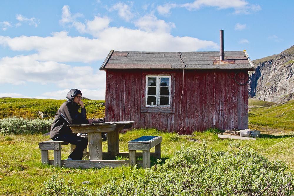 Этот дом за полярным кругом построен в 1947году. Судя по гостевой книге, его редко кто посещает. За последний год туда заглянуло 4 человека, включая нас