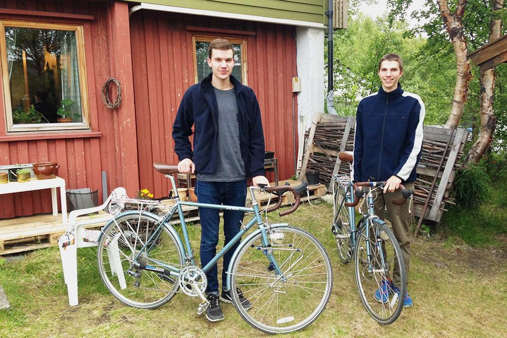 Вова и я после пересечения границы в норвежском Киркенесе. В этом доме мы ночевали