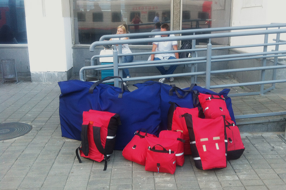 Все наши вещи, включая упакованные велосипеды. В целом перевозить байк комфортно. Но у нас с собой были еще 18 кг круп, поэтому таскать на себе такой багаж было тяжело