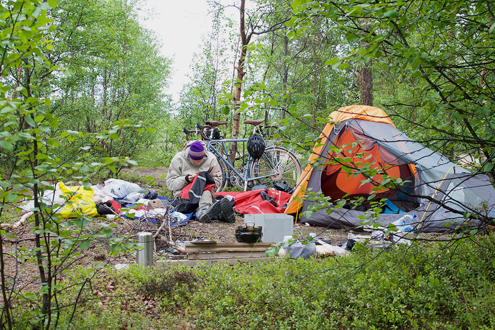 Наш первый лагерь перед пересечением границы. Фото сделано в два часа ночи в июле: летом на Севере полярный день, когда солнце не заходит за горизонт