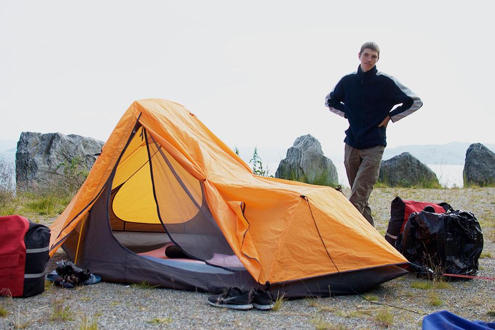Табличка на мысе предупреждала, что ночевать там запрещено, но мы все равно разложили палатку. Сзади обрыв, с другой стороны — скала. Земля ровная, но очень жесткая — спать было некомфортно