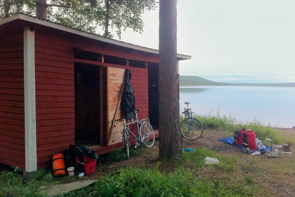 Однажды мы ночевали в раздевалке на берегу озера Sandsjön в Швеции. В ту ночь было очень холодно