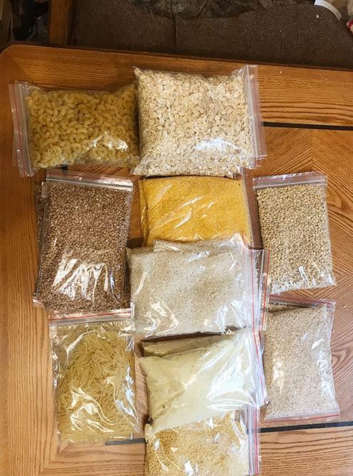 Крупы для похода удобно паковать в маленькие пакетики. Подобные продаются в магазинах с товарами для дома или в Икее