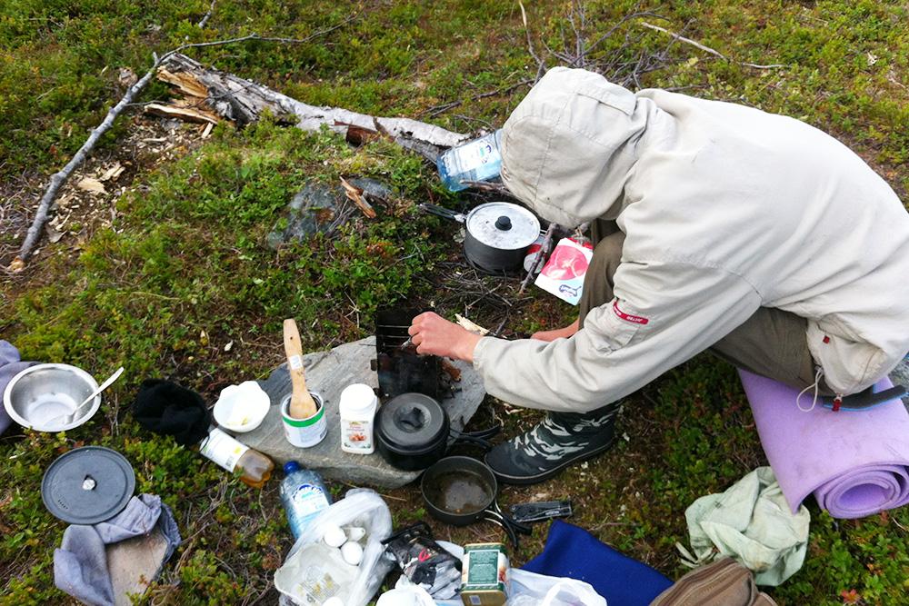 Я готовлю оладушки по пути на Нордкап. Йогурты, кукурузу в банке и яйца купили в Норвегии. Все остальные продукты привезли из России