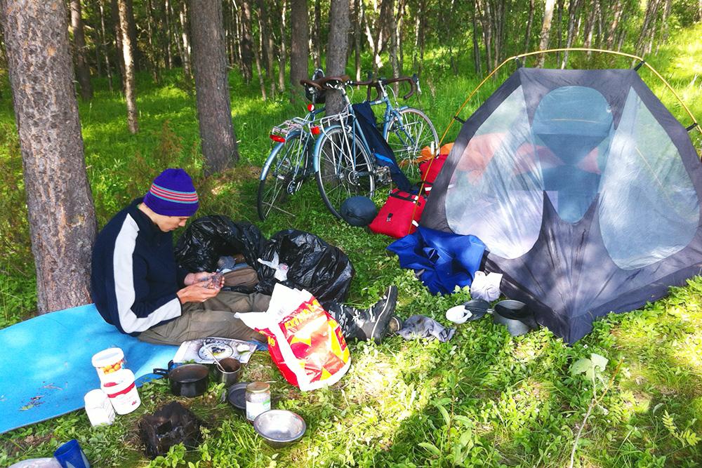 Типичный обед в Норвегии. Рядом со мной на пенке стоят два ведерка с брусничным и апельсиновым вареньем