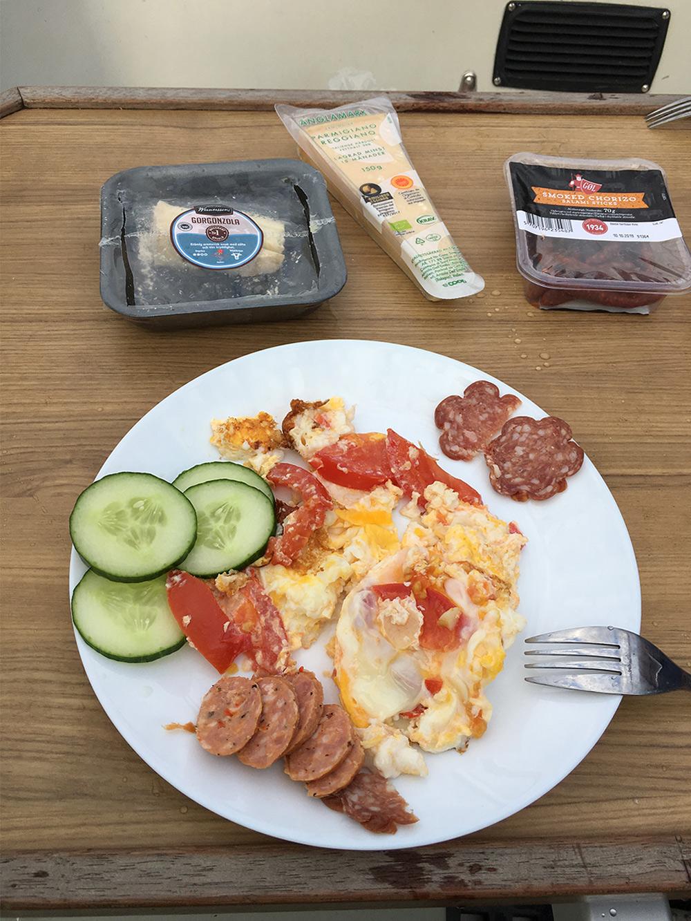 На завтрак готовили яичницу с беконом и бутерброды с сыром. Покупали хлеб, печенье, паштет, кофе и чай. На ужин готовили второе, например макароны с разогретой копченой курицей и овощами