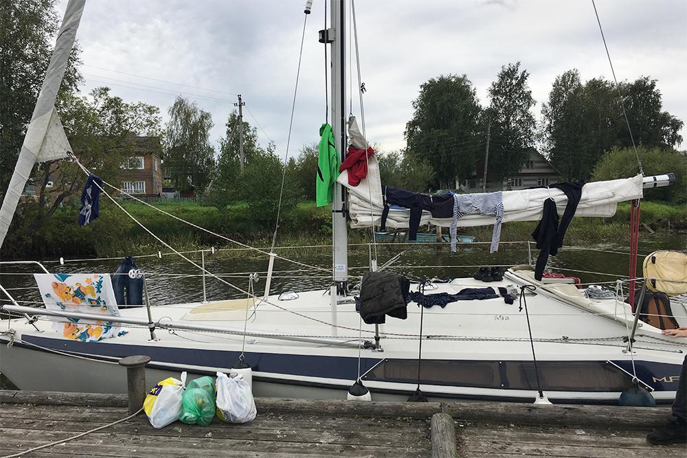 Одежду после стирки мы сушили прямо на яхте