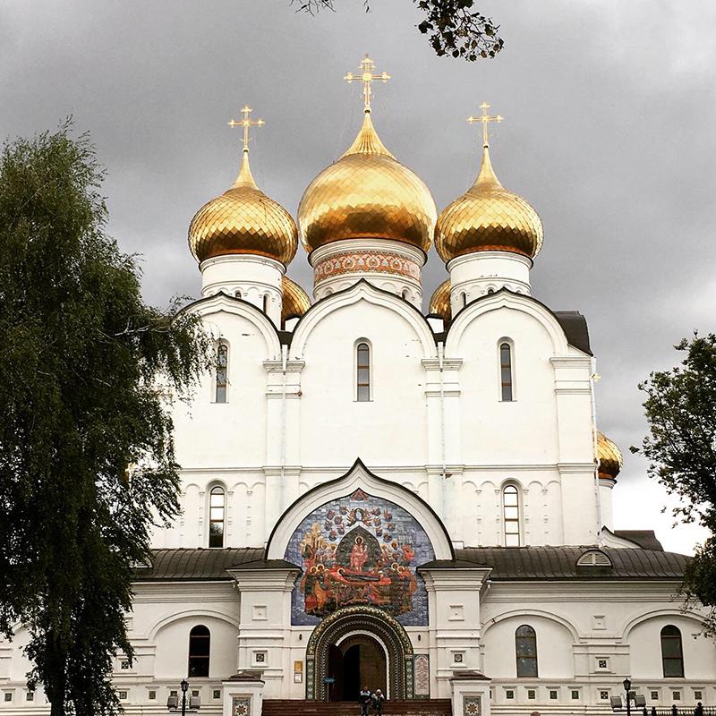 В путешествии по России мы успевали знакомиться с достопримечательностями. Например, в Ярославле зашли в кремль и посмотрели Успенский собор