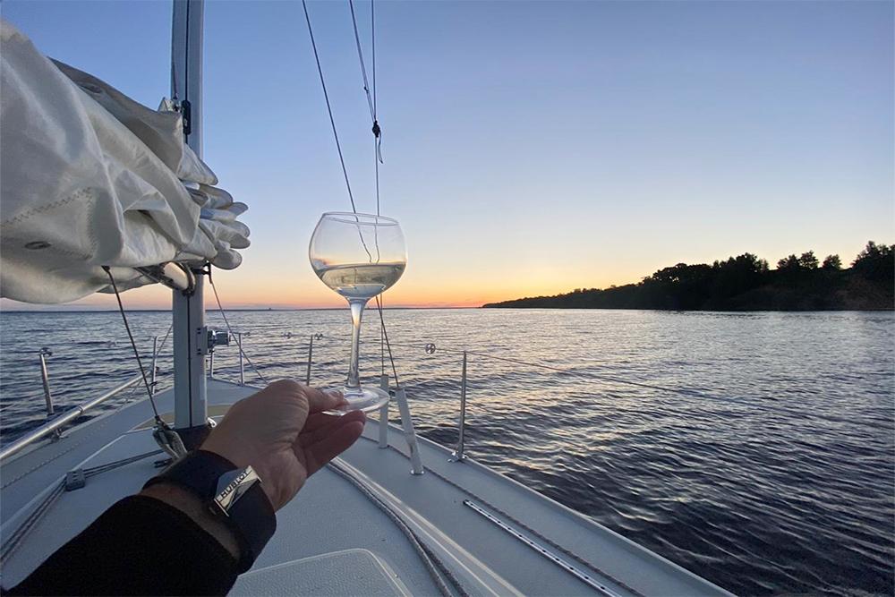 На моей яхте есть автопилот. Если идешь одним курсом, можно включить его и отдыхать. Но время от времени все равно нужно посматривать по сторонам, чтобы оценивать судовую обстановку