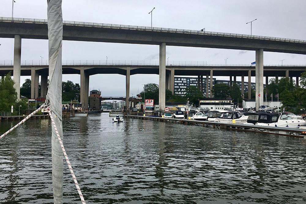 В Стокгольме построены высокие мосты, чтобы суда могли свободно ходить по рекам и каналам. Справа — маленькая стоянка для лодок. В Швеции таких очень много