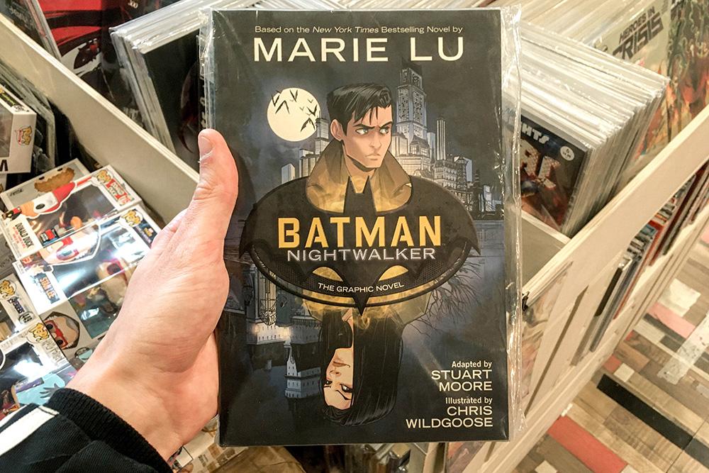 Batman Nightwalker с автографом на языке оригинала стоит 2300<span class=ruble>Р</span>. Для начала я бы взял что-то попроще, популярнее и в переводе