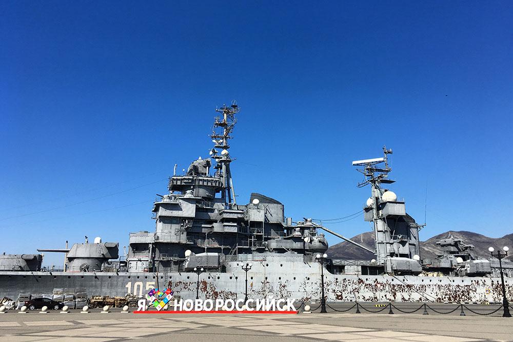 Говорят, крейсер-музей надо ремонтировать, но потрепанность ему идет, он ходил по морям с 1951года
