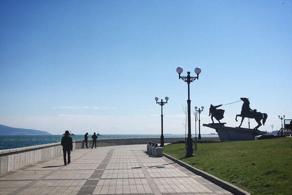 Памятник «Исход» обэвакуации Белой армии изНовороссийска в1920году видно издалека