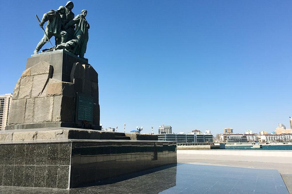Памятник рыбакам, погибшим вураганном шторме в1953году. Все, что связано сморем икораблями, вНовороссийске очень чтят