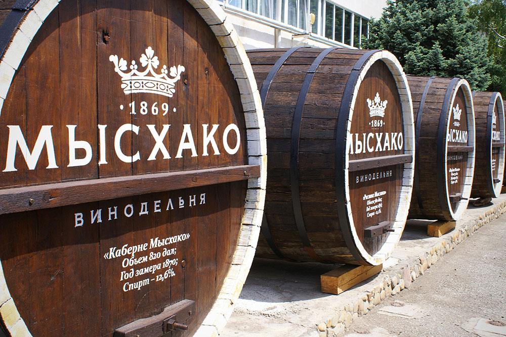 Эти бочки — исторический экспонат и фон дляфотографий, вино в них уже не выдерживают