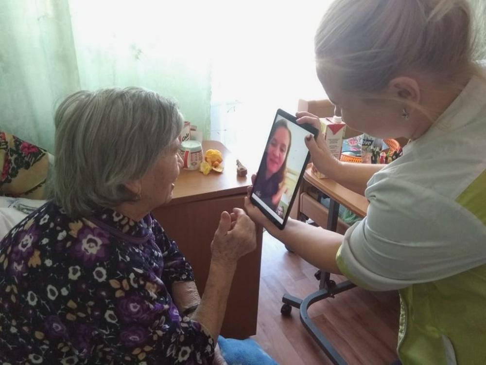 Для подопечных фонда «Старость в радость» любой желающий может записать видеопривет — сотрудники покажут его бабушкам и дедушкам. Главное условие — не упоминать коронавирус