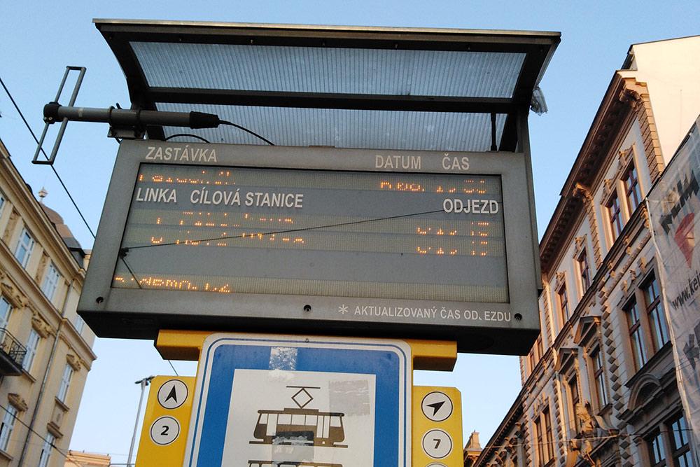ВОломоуце навсех остановках есть табло, накотором написано время прибытия каждого автобуса итрамвая