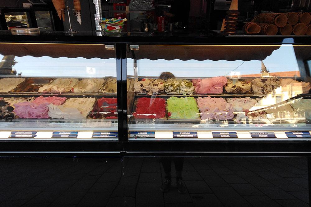 Местное мороженое. Видов огромное количество— оттрадиционных клубничных или шоколадных доменее традиционных лимонных исмурфовых ядовито-синего цвета