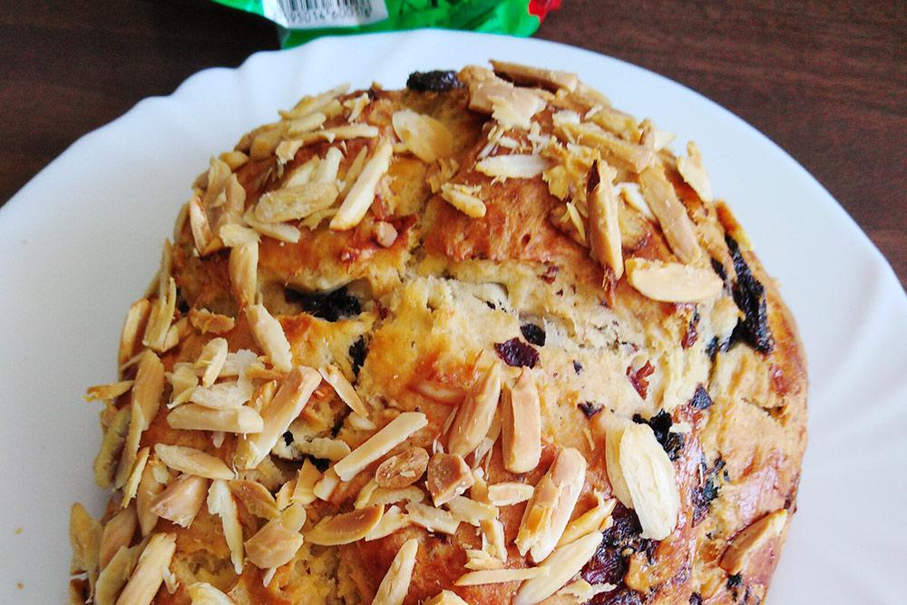 Традиционный пасхальный хлеб— velikonoční mazanec, что-то вроде кулича. Япекла его сама