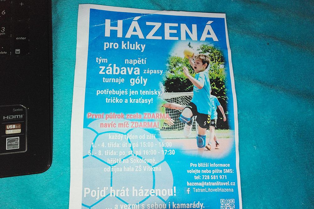 Листовка на чешском, предлагающая записать детей в секцию гандбола. Ее дали сыну в школе