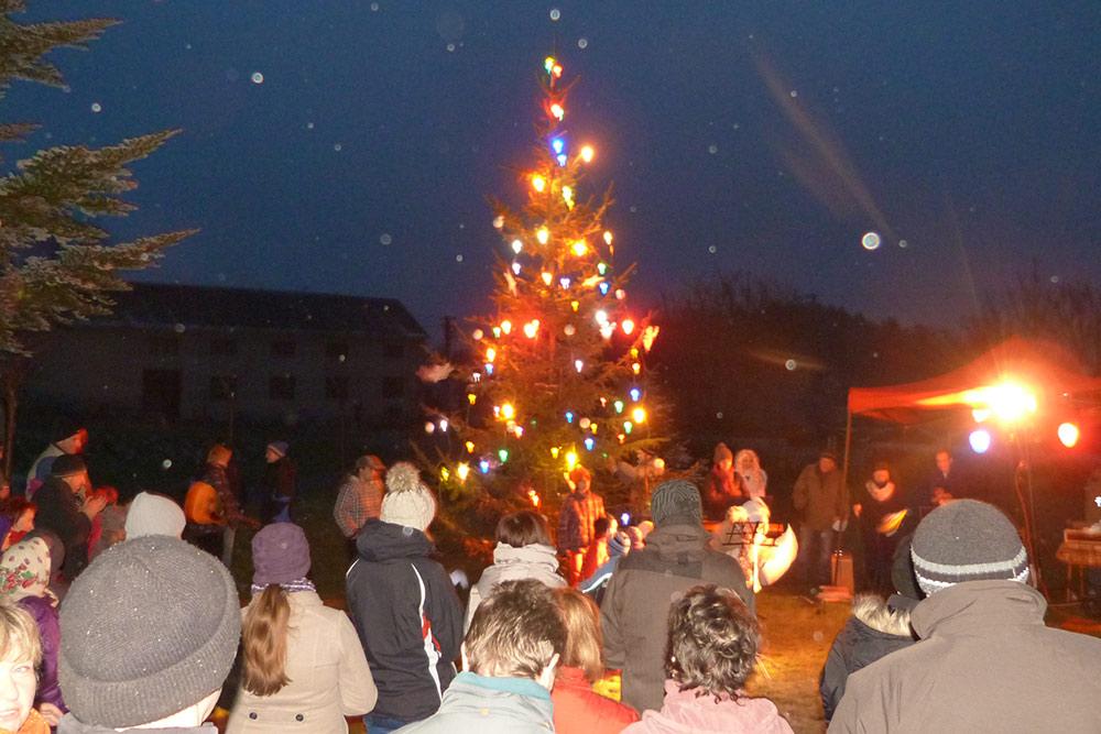 Празднование предрождественского времени вдеревне— елочка, зажгись!