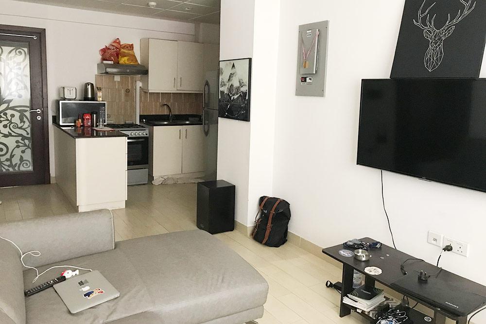 Это гостиная в нашей квартире. Она совмещена с небольшой кухней