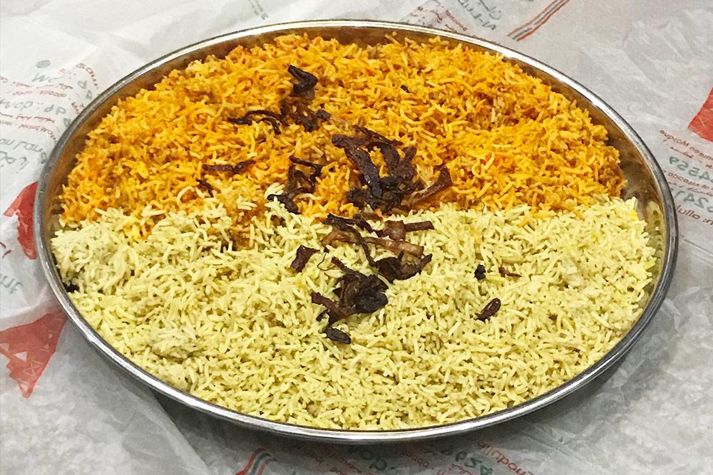 Макбус — главное национальное блюдо Омана. Это рис и пшеница с верблюжьим мясом. Раньше макбус ели бедуины, поэтому сейчас его обычно готовят, когда принимают дорогих гостей. Есть его принято голыми руками, сидя на полу, — как делают бедуины в своих шатрах