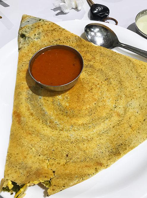 Доса — это вид блинов, которые готовят на юге Индии, и единственное индийское блюдо, которое я полюбила, потому что оно неострое. Его делают с разными начинками, мне нравится с сыром и шпинатом, стоит 0,6 OMR (119<span class=ruble>Р</span>)