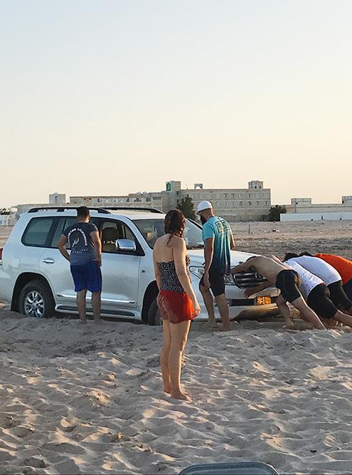 Это мы вытаскиваем наш внедорожник, увязший в песке рядом с пляжем